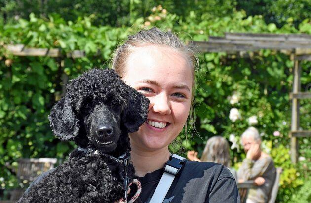 Lovisa Pettersson var en av gästerna i trädgården och hon hade med sig hunden Ulmus,