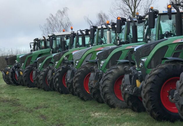 Fendttraktorer i väntan på årets traktorparad.
