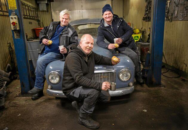 PV håller i längden: Bengt Svensson, Magnus Holmer och Rickard Nilsson - bilens stolta ägare.