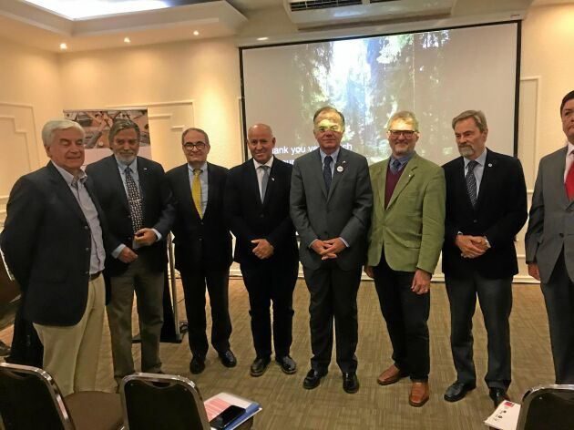 Lennart Ackzell, sjätte från vänster, har träffat flera skogliga potentater i Chile, bland annat jordbruksministern Antonio Walker, femte från vänster.