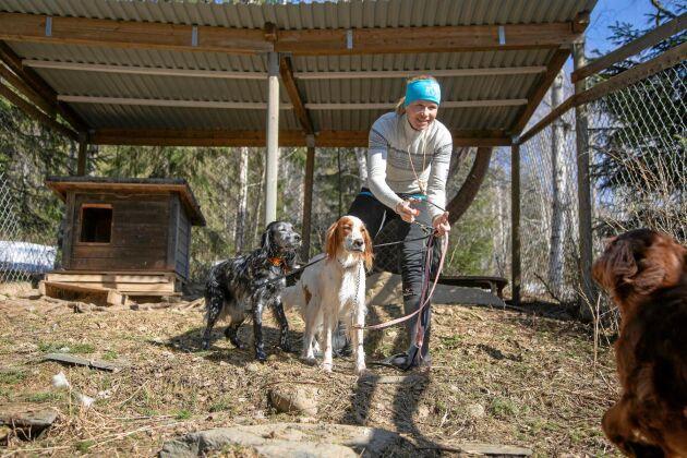 Evelina med sina tre älskade jakthundar. Hon har tränat upp många stående fågelhundar genom åren och håller även kurser i det.