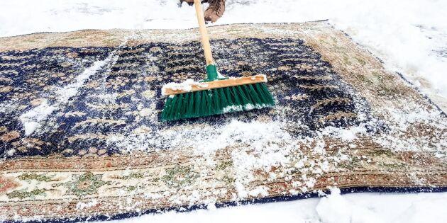 Låt naturen städa åt dig: Så tvättar du mattorna i snön