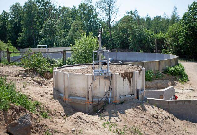Snart kan fastgödsel mixas med flytgödsel i blandningsbrunnen, röran mals ner innan den pumpas in i reaktorn.