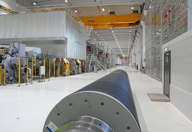Billerud Korsnäs nya kartongmaskin är 355 meter lång och står i en 405 meter lång byggnad. På den 9 meter långa tambour-rullen i förgrunden rullas färdig kartong upp, 100 ton per rulle.
