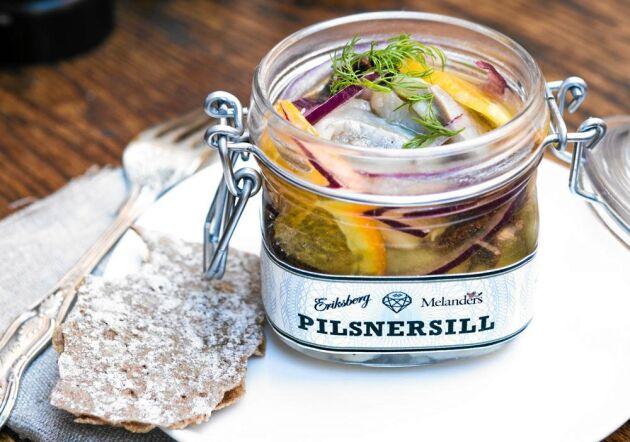 Servera pilsnersillen på knäckebröd tillsammans med smakrik lagrad ost, till exempel Västerbottensost.
