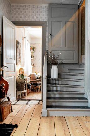 Den grå färgen på dörr- och golvlister är vald med omsorg.