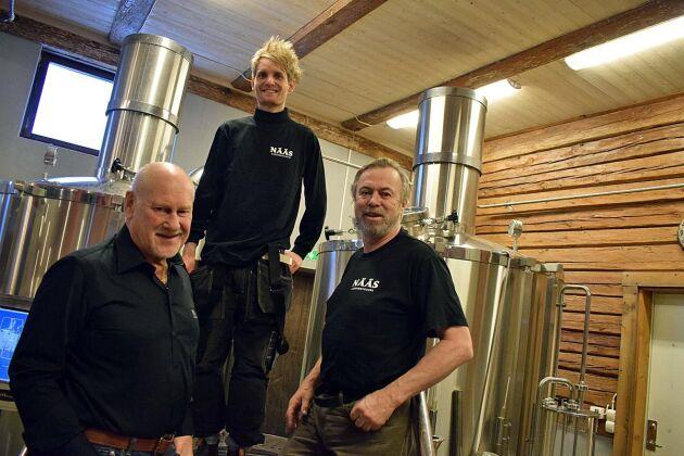 Gården i södra Östergötland har byggts om till bryggeri och Lars Schweitz, Emil Jonsson och Gunnar Emanuelsson trivs i lokalerna.