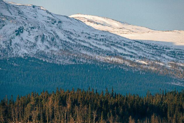Svindlande vyer kring Ottsjö som är omgivet av fjäll på alla sidor.