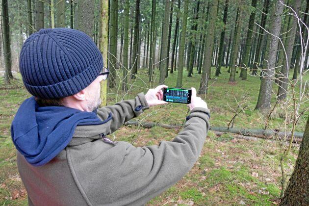 Krister Tham, VD på företaget Katam i Malmö demonstrerar sin nya app för trädmätning.