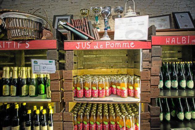 I gårdsbutiken kan man köpa gårdens produkter, bland annat vikingadrycken Halbi.