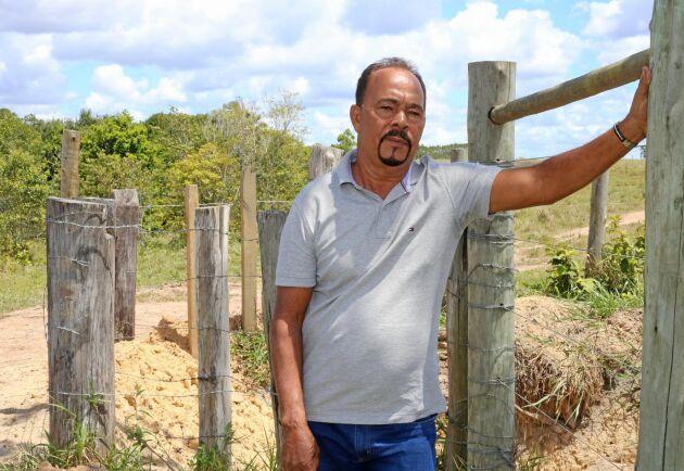 Lantbrukaren Geraldo Pereira har blivit förbjuden att återvända till gården som han brukat sedan 1979. Veracel har planterat eukalyptus på gården.