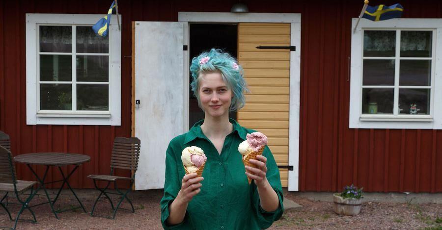 Dottern Emma med två strutar av gårdens egen glass, smaksatt med fläder och svartvinbär.