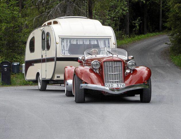 Sivs och Leifs retro-husvagn har en stilig dragbil – en Auburn replika från 1936 som har korats till Sveriges snyggaste bil.