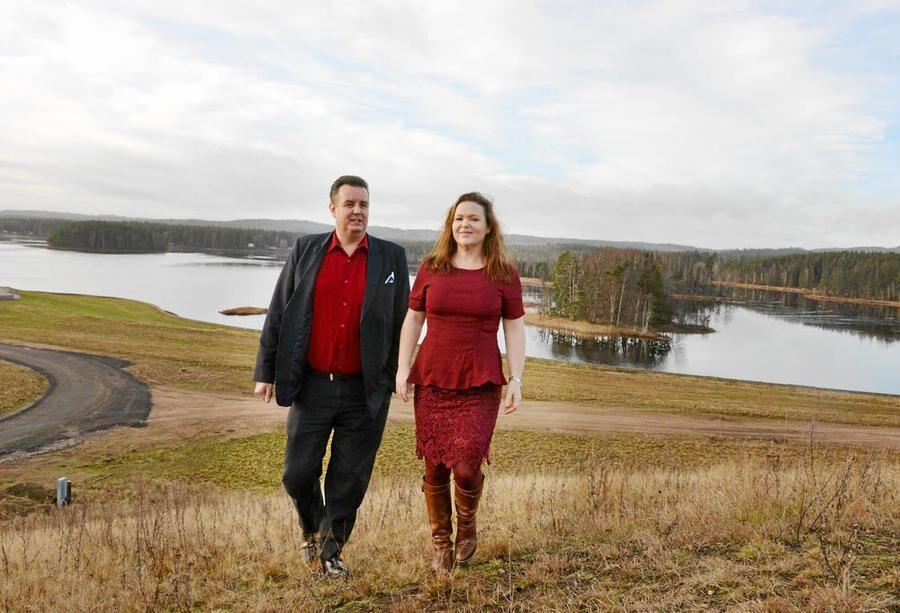 Mikael och Anneli Eliasson på Stranduddens mark. Området kommer att ha vattenutsikt. Foto: Oscar Magnusson.