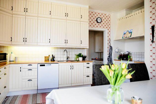 Köket har skåp från golv till tak, med plats för mycket porslin, serveringsfat med mera.