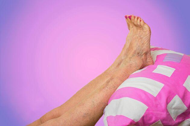 Det bästa viloläget för svullna fötter är att lägga upp dem i en hög position så blodet kan strömma ner mot hjärtat.