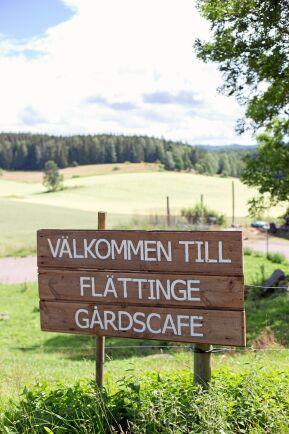 Skylten visar vägen i det böljande jordbruksandskapet.