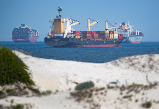 Minst 350 fartyg väntar på att ta sig igenom Suezkanalen sedan containerfartyget Ever Given fastnade där för över en vecka sedan.