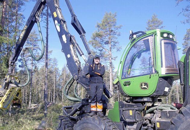 Henrik Klingstedt har börjat köra en ny skördare.