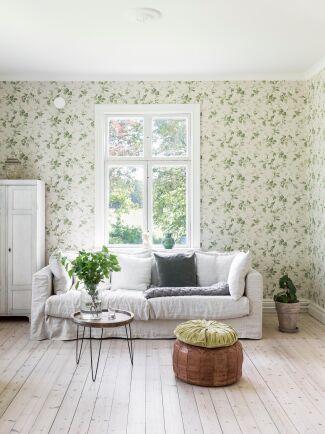 Det ljusa förmaket med sin vackra grönmönstrade tapet som heter Blomslinga och kommer från Boråstapeter.