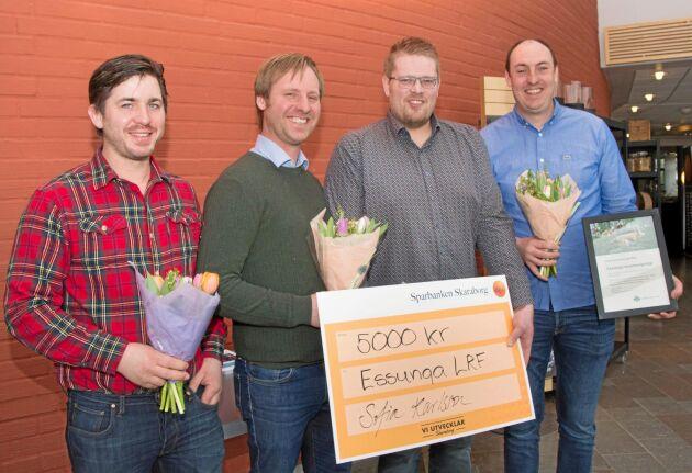 Essunga belönades som Årets kommungrupp i LRF Västra Götaland. Priset togs emot av Roland Hermansson, Fredrik Karlsson, Jonas Pettersson, och Svante Hellnevi.