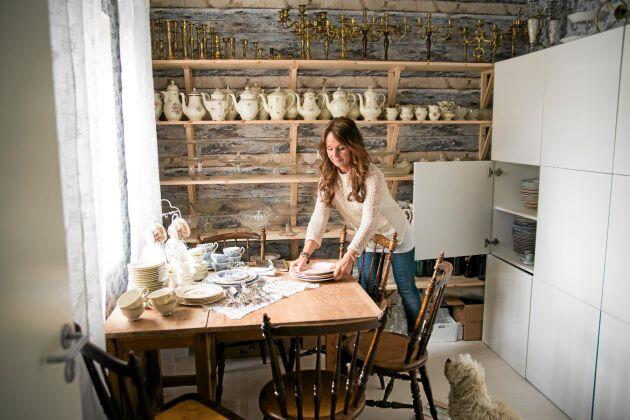 I dotterns gamla rum är det i dag förråd för Susanns porslin. Här finns plats för vackra, blommiga kannor, ljusstakar i mässing och många fler loppisfynd till dykningen. Foto: Pia Gyllin