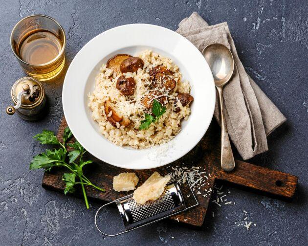 Njutmiddag till vardag eller fest: En krämig risotto med karjohansvamp, rivet citronskal och rikligt med ost.