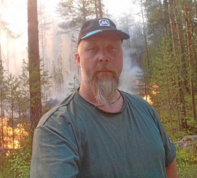 Jan-Olof Hansson, lantbrukare från Järvsö, är för många känd som deltagare i Bonde söker fru 2009. Nu är han en av många frivilliga som ställer upp och kämpar mot bränderna i Ljusdal.