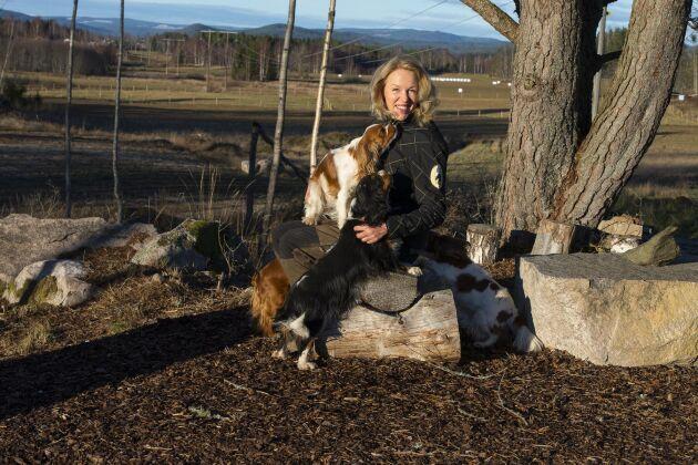 Charlotte Björge är inte bara hästuppfödare utan föder även upp cavalier king charles spaniels.