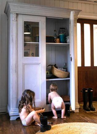 Barnen Amelie, 4 år och Valter, 1,5 år, kan vara med mamma och leka i bagarstugan.