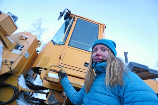 22-åriga Daniella Fjällborg är äldst i syskonskaran. Hon brukar sköta snöskottningen med familjen Volvo L90.