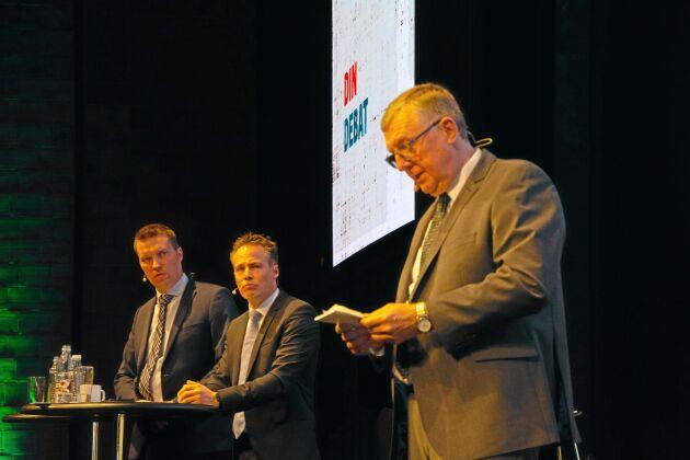 Erik Larsen, ordförande i Landbrug & Fødevarers grissektion, talar med vice ordförande Søren Søndergaard och VD Christian Fink Hansen i bakgrunden.