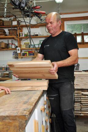 Pappa Bengt håller upp det gedigna virket som passar bra till slitstarka skärbrädor.