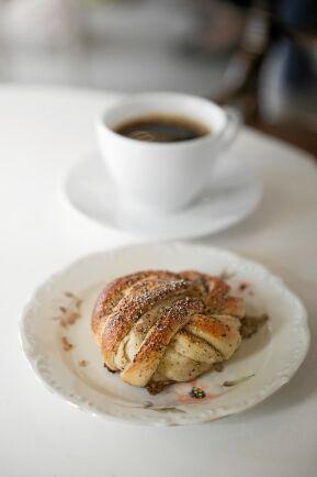 Ryktet om kaféets läckra kanel- och kardemummabullar lockar många besökare.