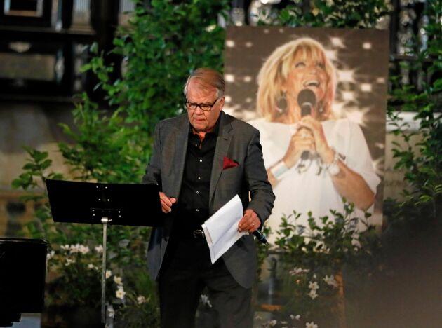 Lill-Babs ex-make Lasse Berghagen läste en dikt under söndagens minnesgudstjänst i Stockholm.