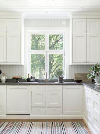 Bänkskivan i köket är av Kinnekulle kalksten och kommer från Torsbergs stenhuggeri.