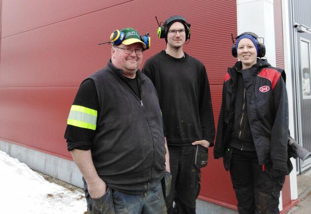 Per-Olof och Jonas Pellbrant och Linda Långström framför nya ladugården.