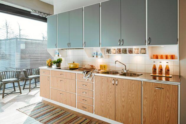 VELIG. Tvekar du mellan träfärgat och målat kan du ta bägge. Det här köket från Tibrokök kombinerar gråblått och trä i en retro-inredning med 1960-talskänsla.