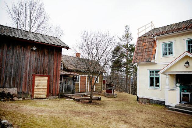 Börsgården är en liten, kringbyggd gård, precis lagom stor för att ha lite höns och odlingar.