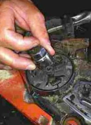 Kopplingen, som är vänstergängad, lossas sedan med en avdragare i kombination med en vanlig hylsnyckel.