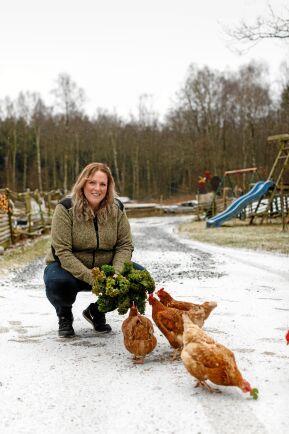 """Christina älskar sina höns. I flera år arrangerade hon hönsbytardagar i Väröbacka om våren och """"Bonden dag"""" varje höst, med tusentals besökare."""