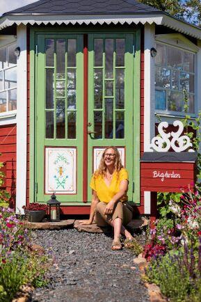 Bipaviljongen blev precis så vacker som biodlaren Liselott Åkeson drömde om. Snickarglädjen har hon tillverkat själv.