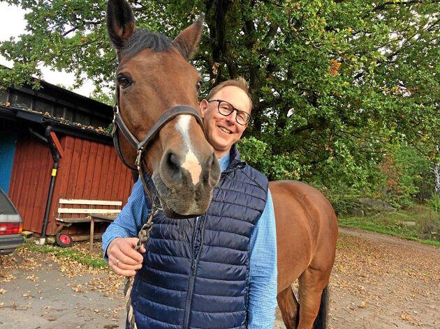 Per Harsem, försäljningschef på Fortum Horse Power Sweden, jobbar hårt för att hästgödsel ska bli energi i värmeverken.