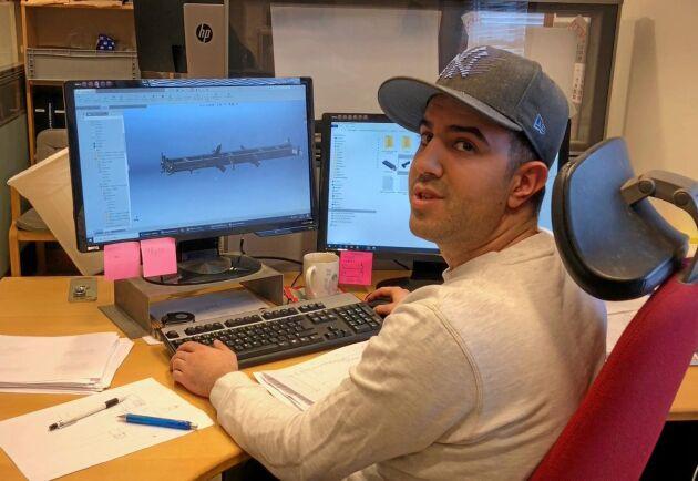 Hamid Najafi ritar vagnar i datorn åt en kund.