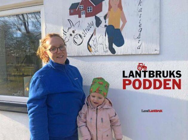 Malin Gustavsson är mjölkbonde i Ryssby, öster om Ljungby i Småland. Dottern Ebba, 2 år, får hänga en del med mamma i ladugården.