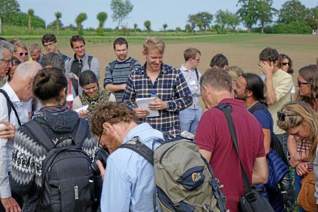 Joel Månsson (i rutig skjorta) berättar om sina erfarenheter av olika grödor.