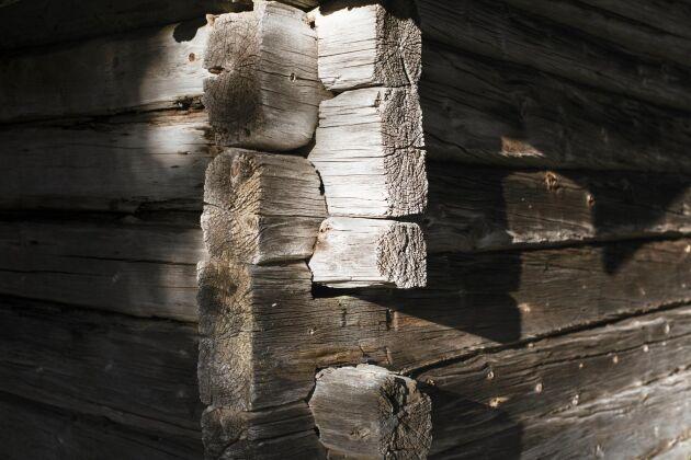 Rustikt byggt av timmer som släktens män huggit och släpat genom skogen.