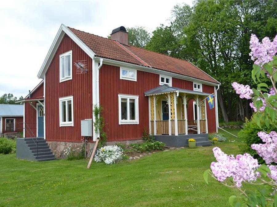 Veranda med snickarglädje har bostadshuset i Småland.