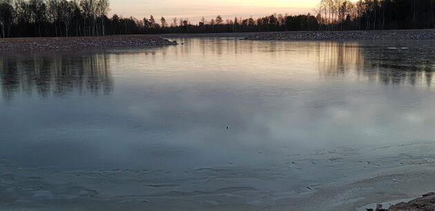I skymningen ger dammen redan nu en vacker vattenspegel i landskapet. Totalt kan dammen lagra 170 000 kubikmeter.