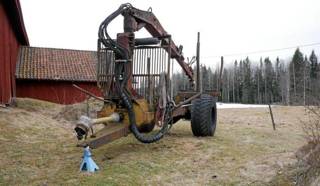 Innan Erik Brate köpte Blondinen var det den här huggarvagnen bakom en Ford 5000 som gällde i skogen. Vagnen drivs av traktorns kraftuttag.